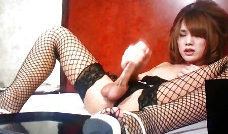 De man trok de anal full film sexy rok van zijn vriendin uit en neukt haar zachtjes in grote opwinding.